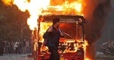 صور..احتجاجات الهند تتحول إلى حرب شوارع والمتظاهرين يضرمون النار بالسيارات