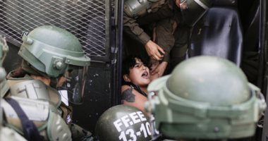 صور.. الشرطة تسحل المتظاهرين خلال احتجاجات ضد الحكومة فى تشيلى