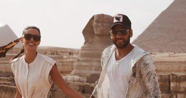 دانى ألفيس وزوجته فى أحضان الحضارة الفرعونية .. صور