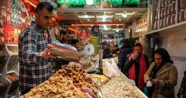 """إيران تحيى ليلة الانقلاب الشتوى """"شب يلدا"""" وسط الغلاء وتلوث هواء.. صور"""
