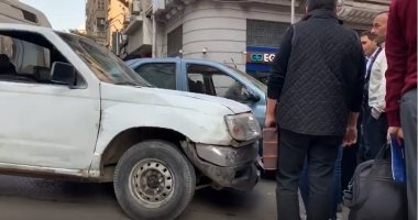 حادث تصادم سيارتين بوسط البلد يتسبب فى تعطل حركة المرور