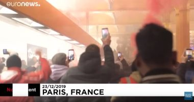 شاهد.. متظاهرون يقتحمون محطة قطار ليون بباريس