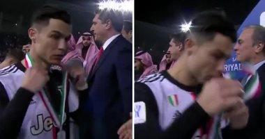 """كريسيتانو رونالدو يثير الجدل بعد خلع ميدالية يوفنتوس """"الفضية"""".. فيديو"""