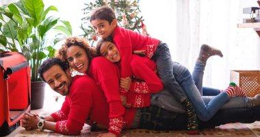 """العيلة الفرفوشة رزق.. أحمد داوود وعلا رشدى وأبناؤهما يحتفلون بـ """"الكريسماس"""""""