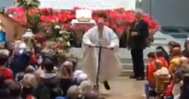 كاهن إيرلندى يقود سكوتر داخل الكنيسة احتفالا بأعياد الميلاد.. فيديو