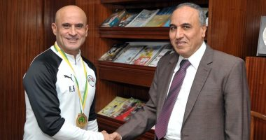 نقيب الصحفيين السابق يكرم مدرب منتخب مصر الأولمبى بعد الفوز بأمم أفريقيا