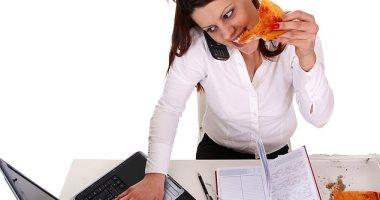 العمل تحت ضغط أو توقيت زمنى يرتبط بتناولك الوجبات السريعة والحلويات