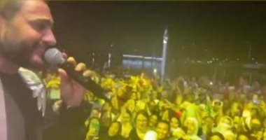 """فيديوهات جديدة من حفل تامر حسنى فى أبوظبى.. و""""حلو المكان"""" تشعل حماس الجمهور"""