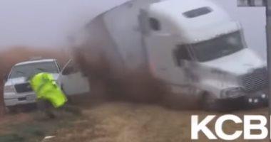 """بالفيديو.. شرطى أمريكى ينجو بأعجوبة من حادث """"شاحنة طائشة"""""""