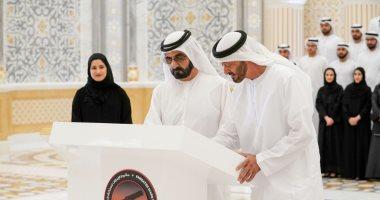 حاكم دبى ومحمد بن زايد يوقعان على أخر قطعة بمسبار الأمل قبل انطلاقه للمريخ