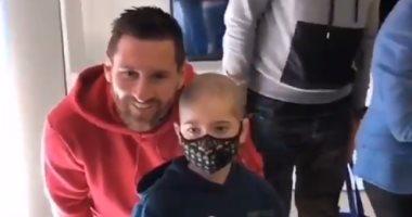 ميسي وسواريز يقدمان الهدايا لأطفال مستشفيات كتالونيا.. فيديو