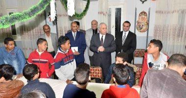 محافظ الأقصر يهنئ أطفال الجمعيات بعيد الميلاد ويرفع درجة الاستعداد.. صور