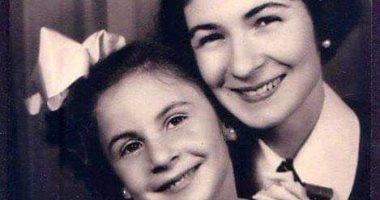 نوستالجيا ملكية.. الأميرة فادية فى صورة نادرة مع والدتها