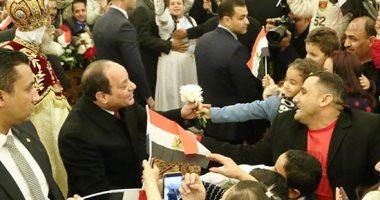 شاهد..الرئيس يصافح المشاركين فى قداس عيد الميلاد بكاتدرائية ميلاد المسيح