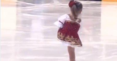 فيديو.. طفلة تستعرض مهارتها فى التزلج على الجليد بقدم واحدة