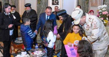 أجواء بهجة على وقع ترانيم عيد الميلاد بالكنائس وتوزيع الزهور على الرواد