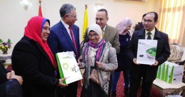 محافظ شمال سيناء يسلم 32 سماعة لضعاف السمع
