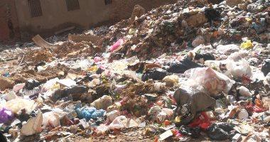القمامة تملأ شارع الأقصر التابع لحى إمبابة.. والأهالى يطالبون بحل