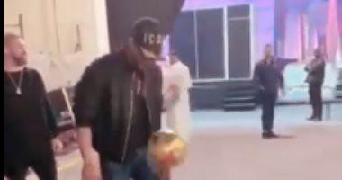 محمد رمضان يستعرض مهاراته فى كرة القدم بدبى.. صور وفيديو