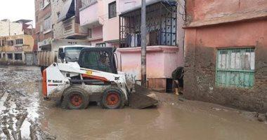 صور.. مسئولو الوحدة المحلية بالركابية بدمياط يشاركون فى شفط مياه الأمطار