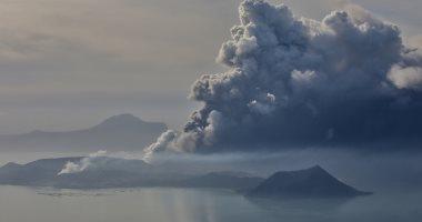 """ثوران بركان """"تال"""" بالفلبين وتصاعد الدخان الأسود الكثيف"""