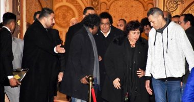 فيديو وصور.. وزيرة الثقافة ويسرا ولطيفة ورئيس الأوبرا فى عزاء زوج شقيقة محمد منير