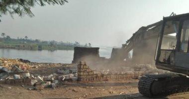 محافظة الجيزة تزيل 4756 متر تعديات على حرم نهر النيل بالعياط.. صور