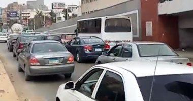 فيديو.. زحام بمطلع كوبرى أكتوبر يصيب شارع البطل أحمد عبد العزيز بالشلل