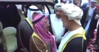 فيديو.. أمير الكويت يقدم واجب العزاء لسلطان عمان الجديد: قابوس عايش فيكم
