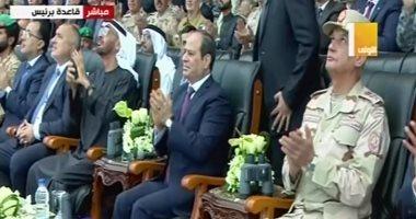 محمد بن زايد يلتقط بهاتفه صورة لطائرات حربية ترسم علم مصر بافتتاح قاعدة برنيس