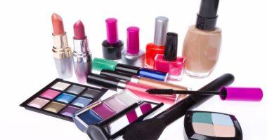 """""""الغرفة التجارية"""" تحذر من استخدام مستحضرات التجميل المغشوشة: تسبب السرطان"""