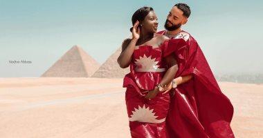 الحضارة تشهد على حبهما.. فوتوسيشن لإعلان خطوبة أفريقيين أمام الأهرامات