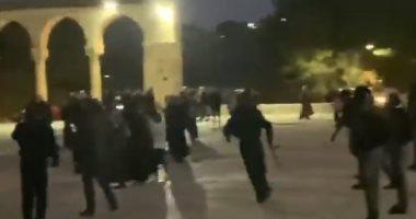 شاهد.. إصابة العشرات بعد اعتداء قوات الاحتلال على مصلين بالمسجد الأقصى