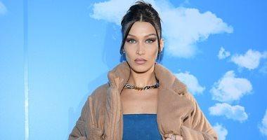 """بيلا حديد بإطلالة راقية ومثيرة في عرض أزياء الرجال """"Louis Vuitton"""" بباريس"""