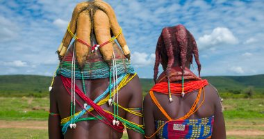 روث البقر على الشعر.. طريقة نساء قبيلة مويلا فى أنجولا لتزيين الشعر وإعلان الحداد