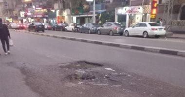 سيبها علينا.. قارئ يطالب برصف حفرتين بشارع عثمان بن عفان فى مصر الجديدة