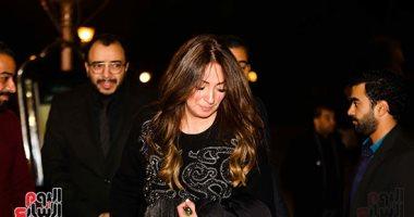 صور.. نرمين الفقى وأحمد فتحى أول الحضور فى عزاء والدة حسام داغر
