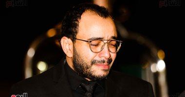حسام داغر ينهار من البكاء فى عزاء والدته بمسجد الشرطة بالشيخ زايد.. صور