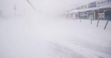 عاصفة ثلجية تغطى المنازل والسيارات بكندا.. فيديو