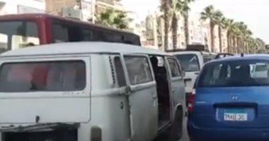 فيديو.. وقوف السيارات العشوائى يتسبب فى زحام مرورى بشارع الهرم اتجاه الجيزة