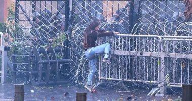 """لبنان ينتفض.. متظاهرة تتحدى قوات الأمن خلال مظاهرات فى بيروت""""فيديو وصور"""""""