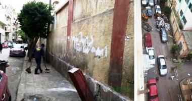 """استجابة لـ""""سيبها علينا""""..الرصد البيئى بالإسكندرية يرفع القمامة من شارع شيديا"""