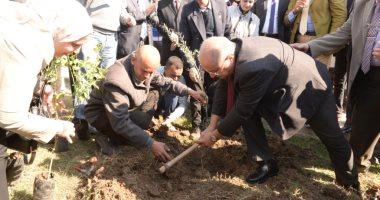 """رئيس جامعة أسيوط يدعو الطلاب للمشاركة بمبادرة """"هنجملها"""" لغرس الأشجار المثمرة"""