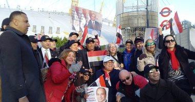 صور.. محمد فؤاد يغنى للجالية المصرية فى لندن أمام مقر انعقاد قمة الاستثمار البريطانية الأفريقية