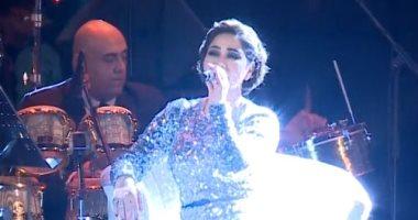 """سر غناء شيرين عبد الوهاب """"جالسة على كرسى"""" فى حفلها بجدة .. فيديو"""