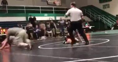 فيديو.. رجل ينتقم لابنه المصارع بعد تعرضه لإصابة على يد خصمه