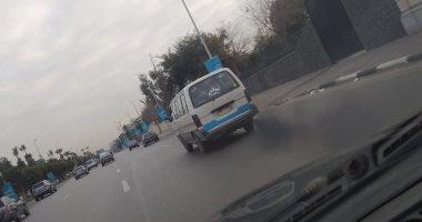 امسك مخالفة.. قارئ يشارك صورة تصاعد أدخنة سوداء من سيارة فى شارع صلاح سالم