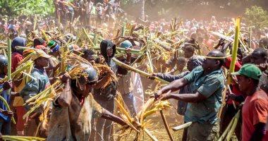 """مواكا كوجوا.. مهرجان تنزانى يتطهر الرجال فيه من أحقادهم بـ""""عراك شجر الموز"""""""