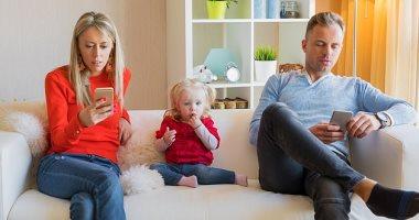 دراسة: البالغين يقضون حوالى 34 عامًا من حياتهم ينظرون إلى شاشات الموبايل