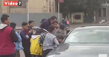 كهربا يلبى طلبات جماهير الأهلي ويلتقط الصور التذكارية معهم بالشارع.. فيديو